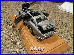 Danbury Mint 1964 Aston Martin 007 DB5 124 scale w Display Case